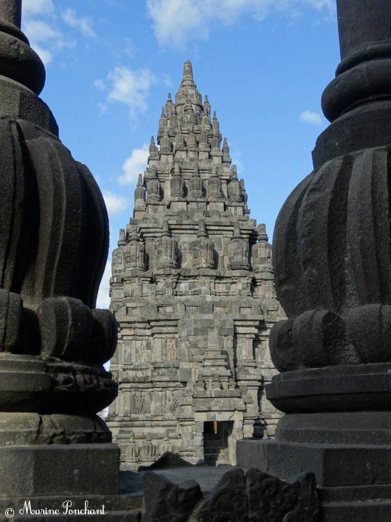 Vue d'une colonne sur l'autre aux temples Prambanan, présence de la culture hindouiste en Indonésie, quel budget logement ?