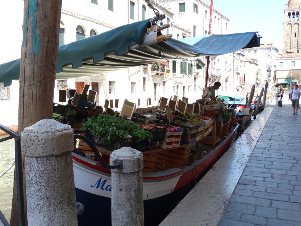 Marché sur les bateaux à Venise