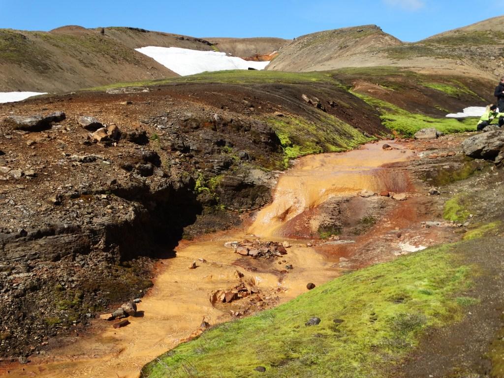 Le soufre qui colore les roches des ruisseaux