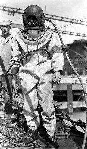 US-Navy-Diver-In-1914