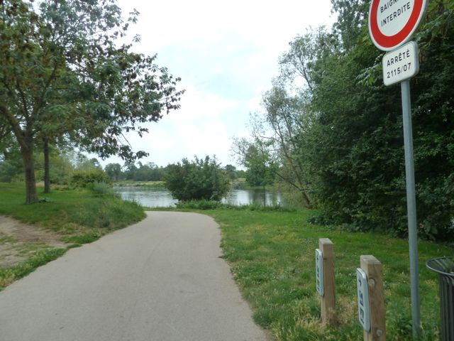 Bicycle path along the Loire