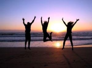 liberté hommes qui sautent sur la plage