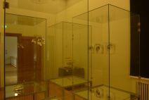 """Blick in Annie Cattrells Ausstellungsraum mit Experimenten am Gehirn und der Fotoserie """"FAR"""""""