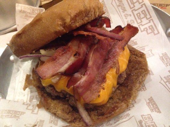 Hamburguer, cheddar, bacon cebola roxa no pão preto. Foto: ExperiMenteSP