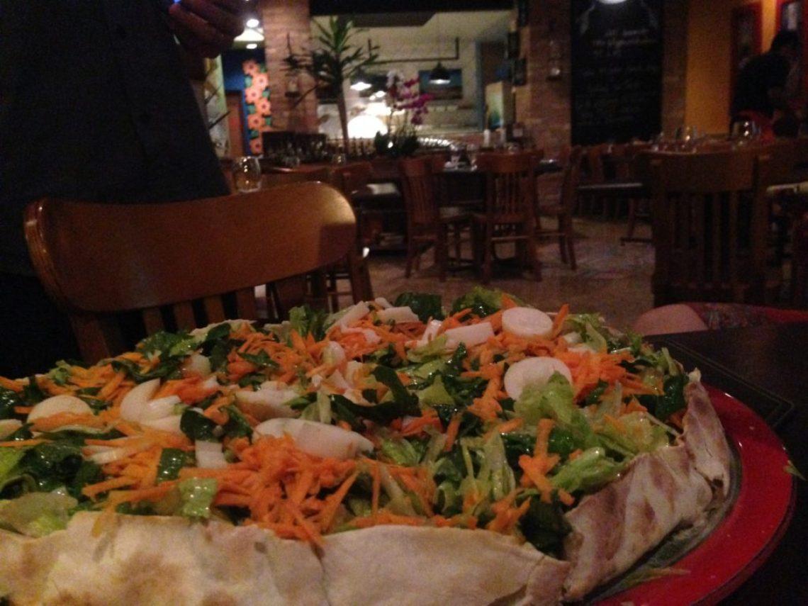 Pizza Light: finas fatias de carpaccio, alface americana, rúcula, cenoura ralada, palmito,parmesão - Foto: ExperiMenteSP