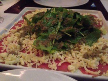 Carpaccio de Manzo - Fatias finas de carne com ninho de rucúla, vinagre balsâmico e permesão. Foto: ExperiMenteSP