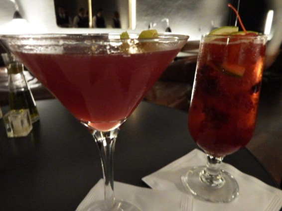 Cosmopolitan (Absolut vodka, cranberry, cointreau e suco de limão) Boccanero (Cerveja Miller, rum, creme de cassis, amora, morango fatiado e framboesa) Foto: ExperiMenteSP