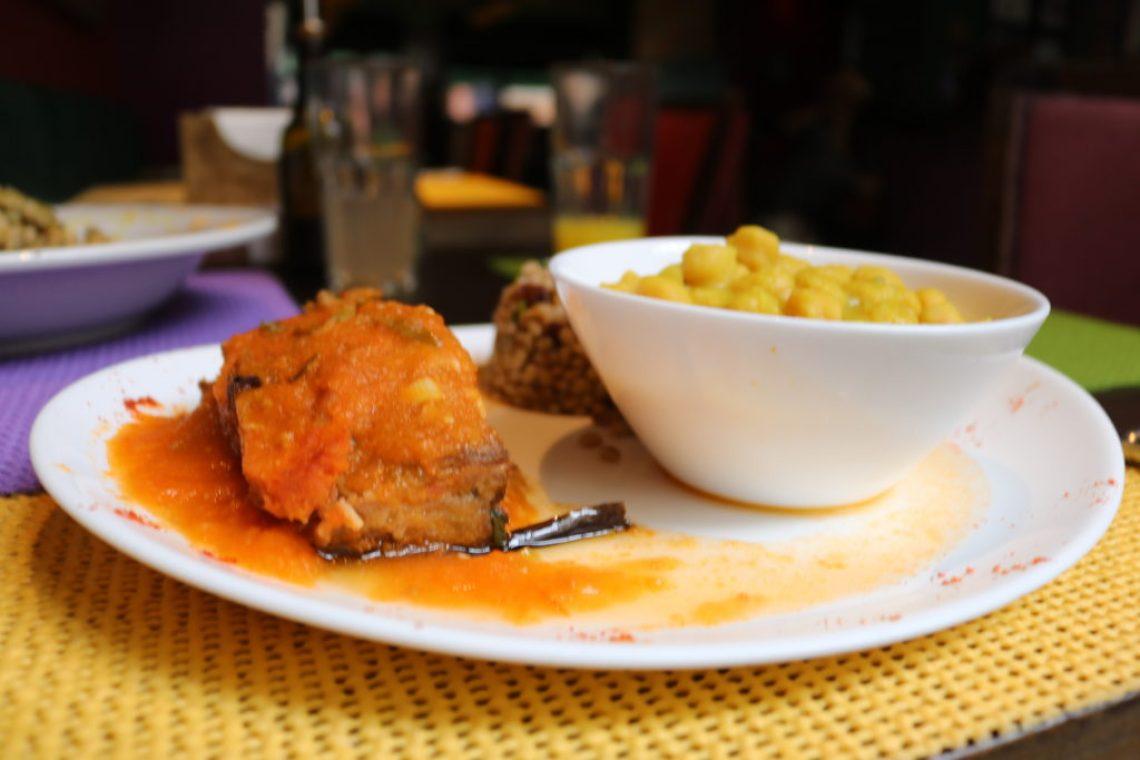 Berinjela à parmegiana com espinafre orgânico, molho de tomate e manjericão; ensopado de grão de bico e salada de trigo em grãos com cevadinha - Foto: ExperiMenteSP