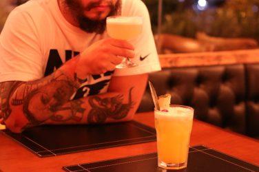 Felipe bebendo White Lady - Foto: ExperimenteSP