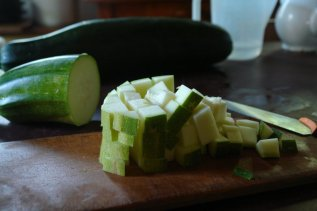 Zucchini in Würfel geschnitten