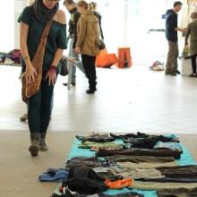 Viele Kleidungsstücke und Menschen auf einer Kleiderschenkparty.