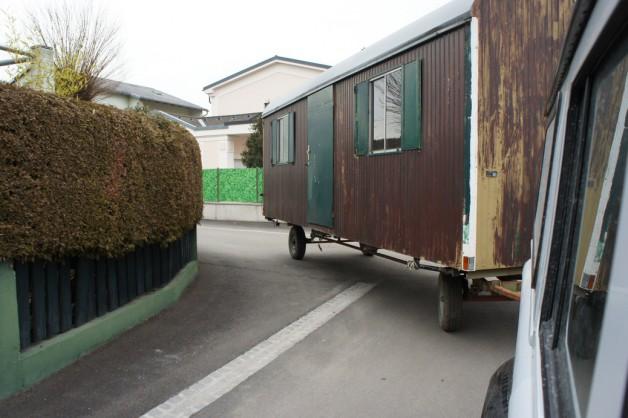 Foto von Bauwagen, der gerade mit einem Geländewagen gezogen wird