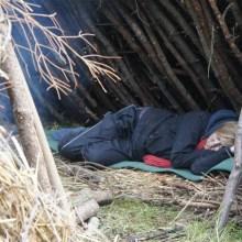 Frau schläft in Lean To Shelter
