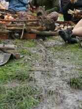 Matsch mit Rinnsal vom Regen