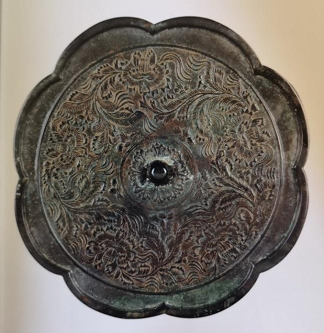 Miroir en bronze décors de fleurs et feuilles.