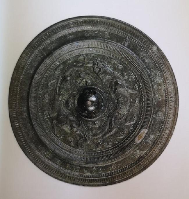 Deux animaux se poursuivent sur ce beau disque en bronze des époques Sui/Tang