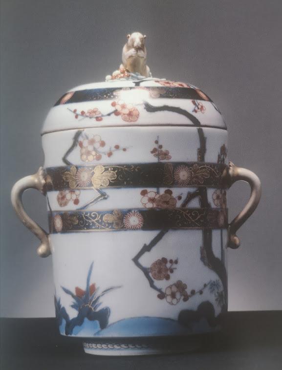 Petit pot à couvercle avec deux anses à décors bleu sous couverte et émaux polychromes