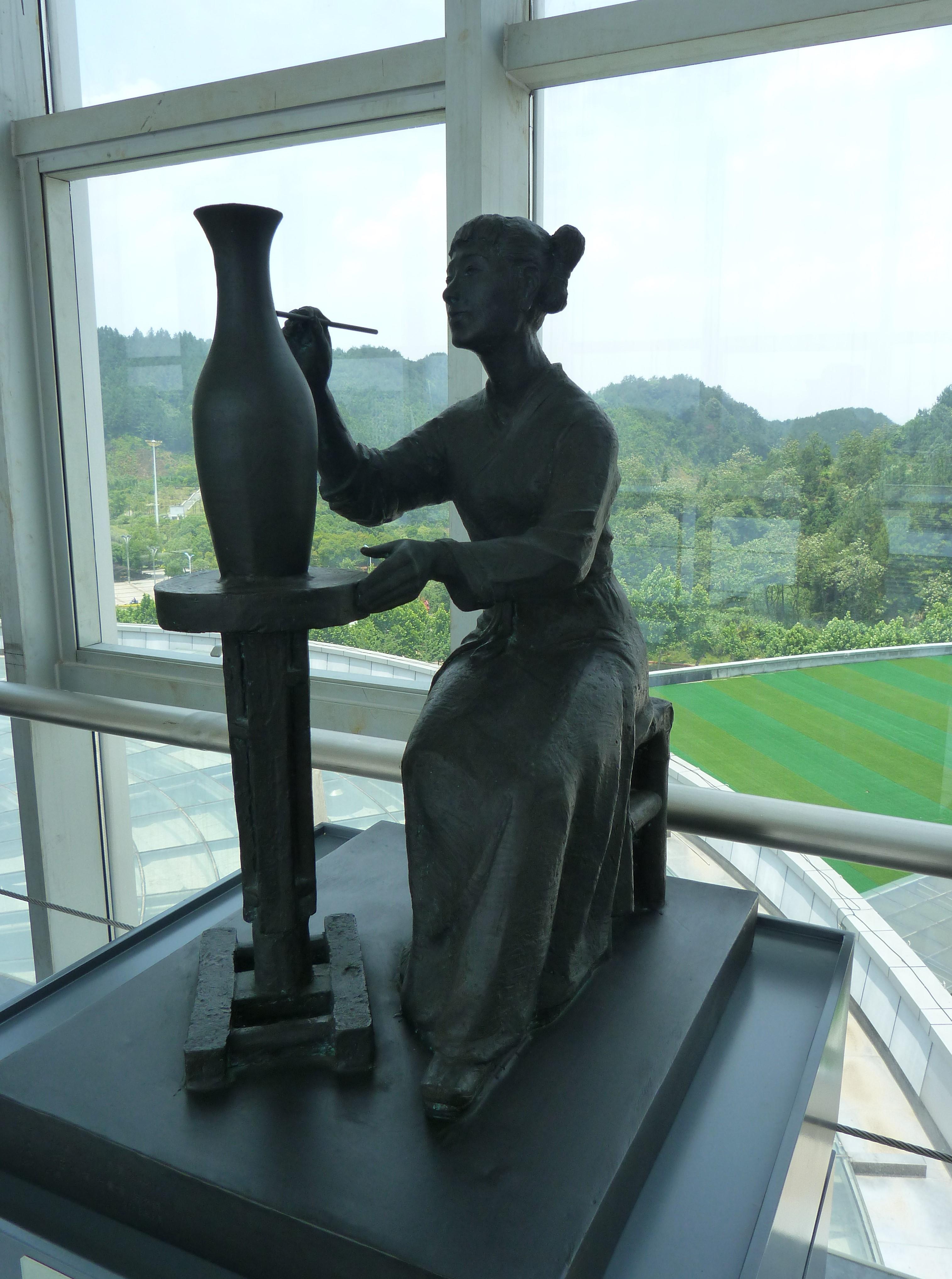 femme qui peint sur une céramique