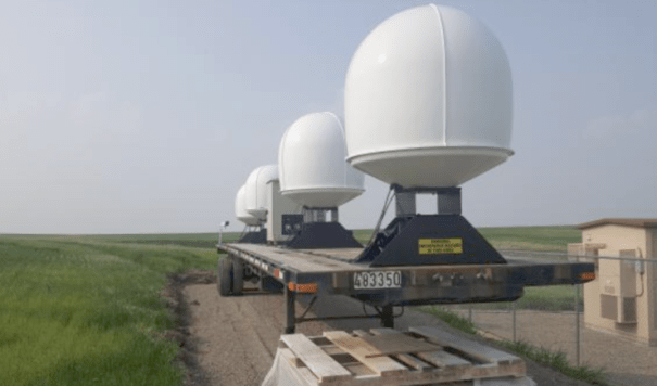 Передвижная базовая станция Starlink. Несколько мощных антенн на полуприцепе и генератор