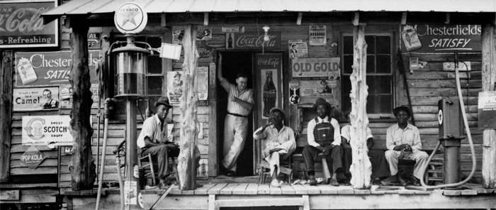 Dorothea Lange célèbre photo d'hommes devant une devanture de magasin pendant la Grande Dépression