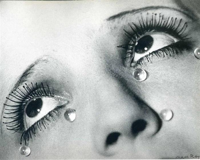 Man Ray close up of a womans yeux avec des larmes rondes sur son visage - photographes célèbres