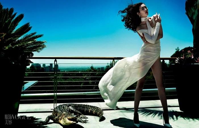 Mario Testino vogue séance photo d'un modèle féminin debout sur un balcon à côté d'un crocodile