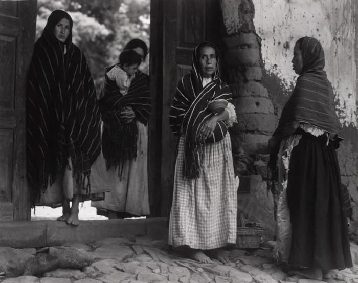 Paul Strand photo en noir et blanc d'une femme dans une rue