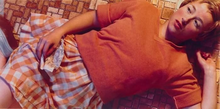 Une photographie de Cindy Sherman d'un modèle féminin allongé sur le sol