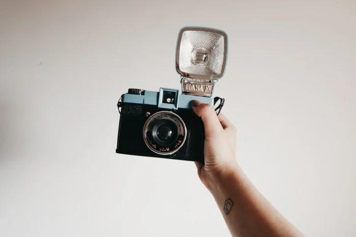Un appareil photo vintage tenu en l'air