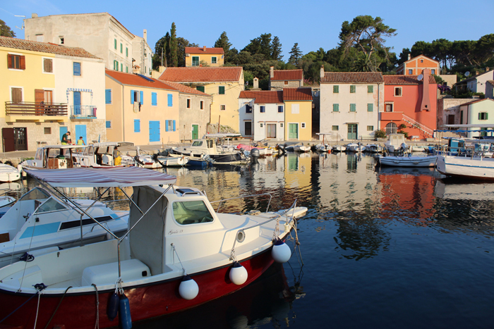 an image of docked boats against a row of colourful houses shot with a Canon 1300D