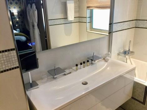 Juliana-Hotel-Paris-bathroom-beautiful-basin-round-world-trip