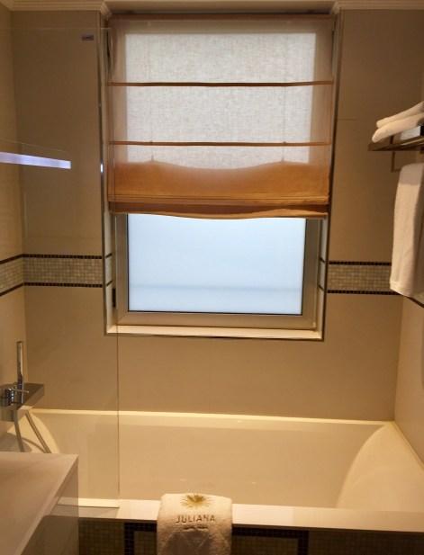 Juliana-Hotel-Paris-bathroom-soaking-bath-round-world-trip