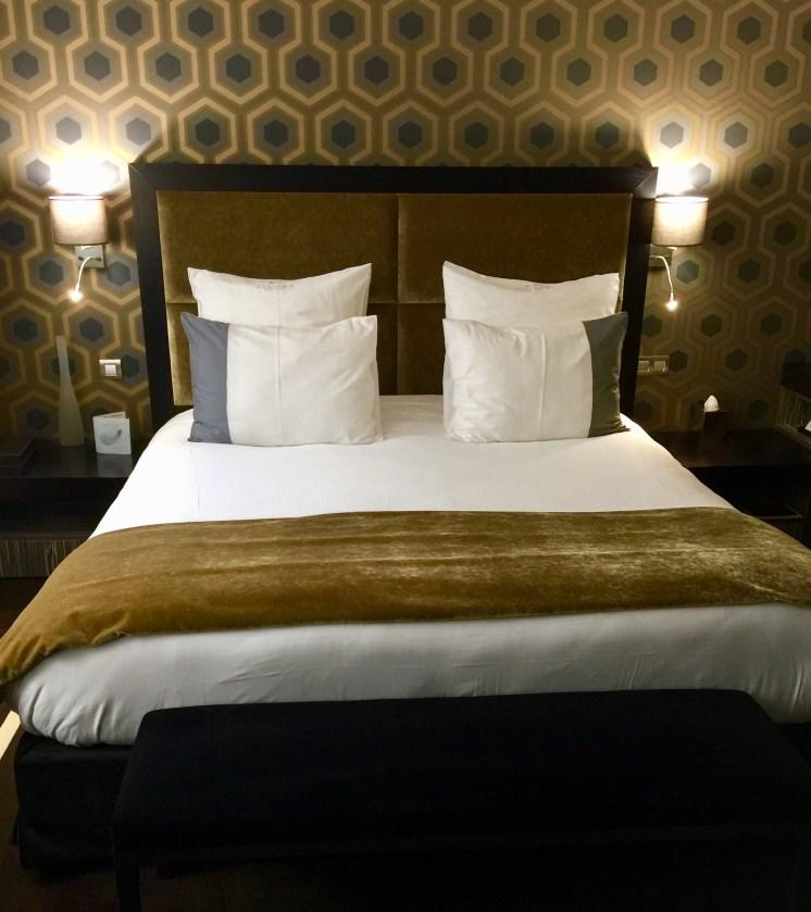 Juliana-Hotel-Paris-bed2-round-world-trip