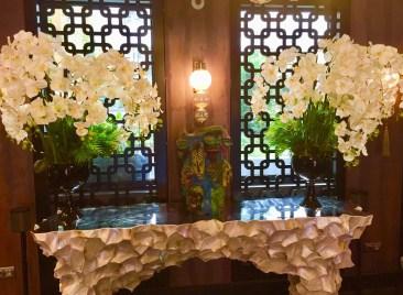 Juliana-Hotel-Paris-lobby-flowers-round-world-trip