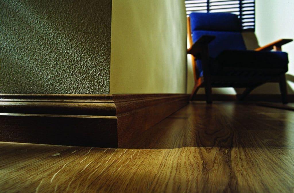 Плинтус в цвет пола и мебели
