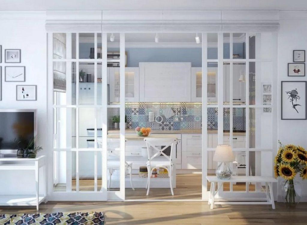 кухня-гостиная с одним окном и стеклянной перегородкой