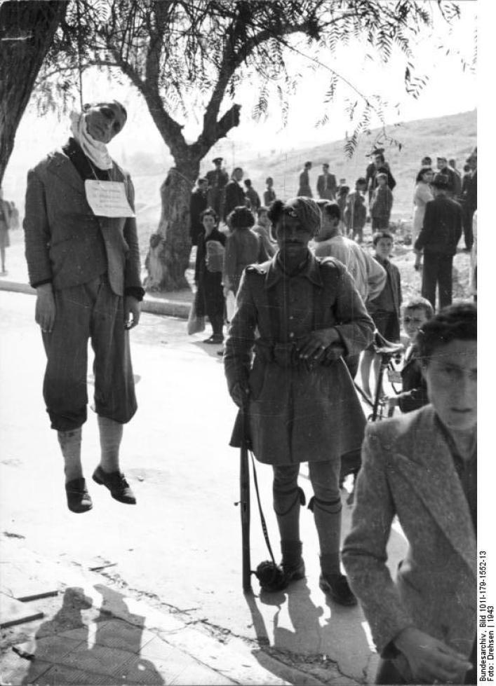 Griechenland, erhängter Mann in Ortschaft