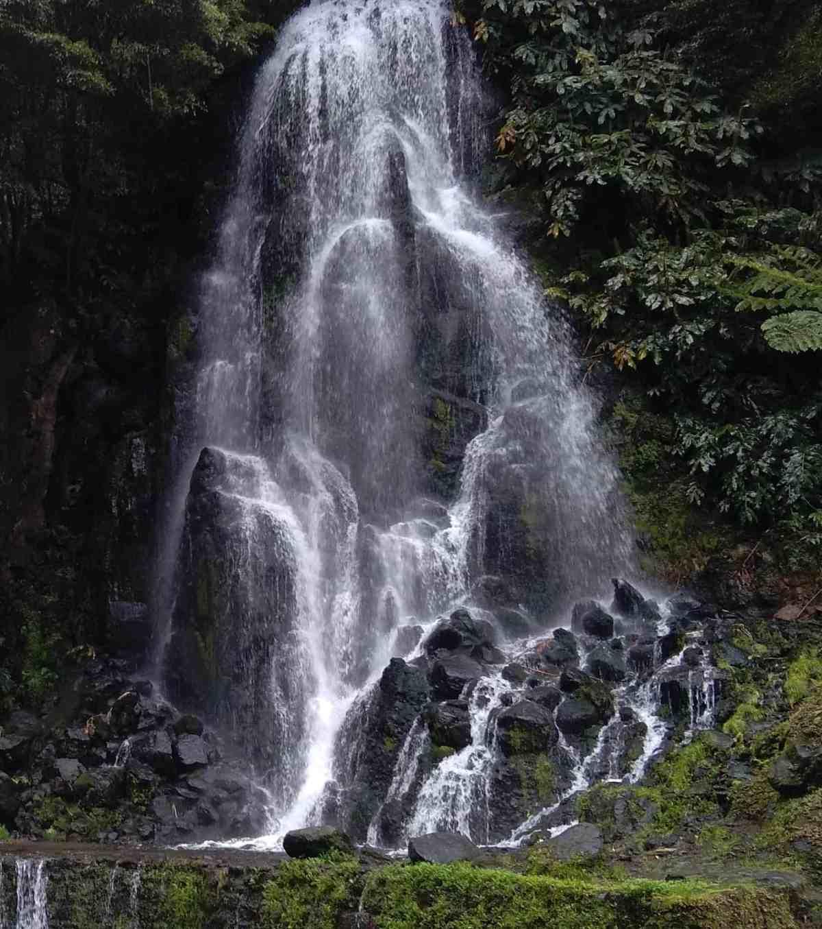 Cascata no Parque Natural da Ribeira dos Caldeirões, na ilha de S. Miguel, Açores
