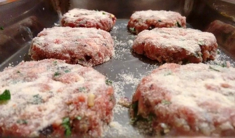 Hambúrgueres polvilhados com pão ralado