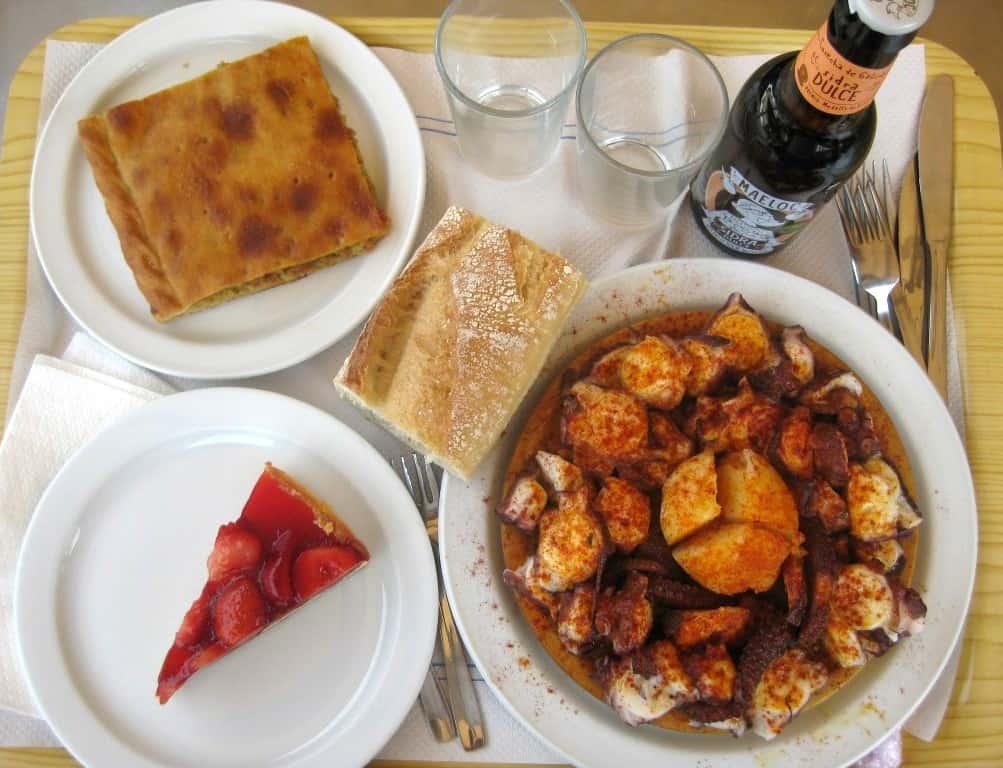 Empanada gallega e Pulpo a feria no Restaurante do Camping Islas Cíes, ilhas cíes comida