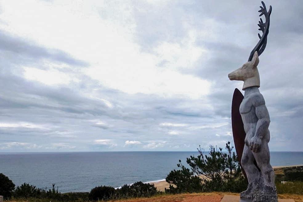 Escultura de surfista com cabeça de veado na Nazaré em homenagem à onda gigante