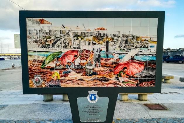 Painel de homenagem às Atadeiras e Atadores de Redes de Pesca de Peniche, na Marina