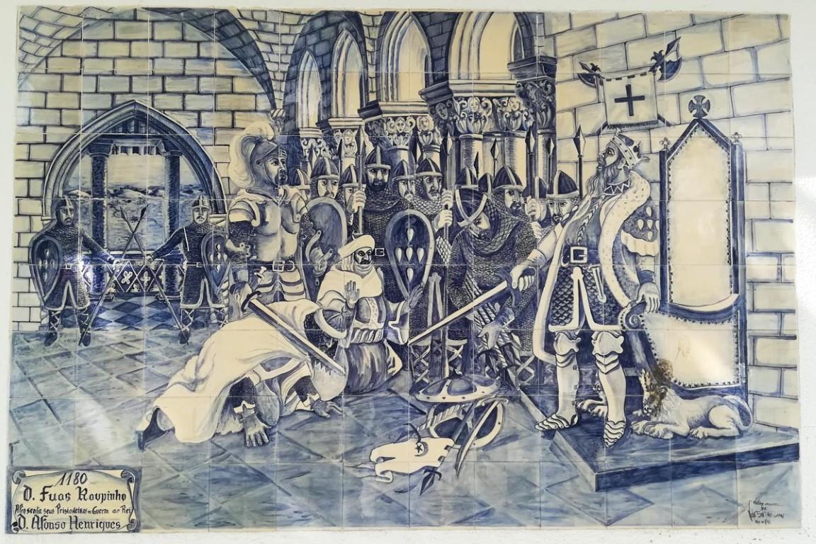 Painel de azulejos que representa D. Fuas Roupinho a apresentar prisioneiros de guerra a D. Afonso Henriques - encontra-se no Jardim Municipal de Porto de Mós