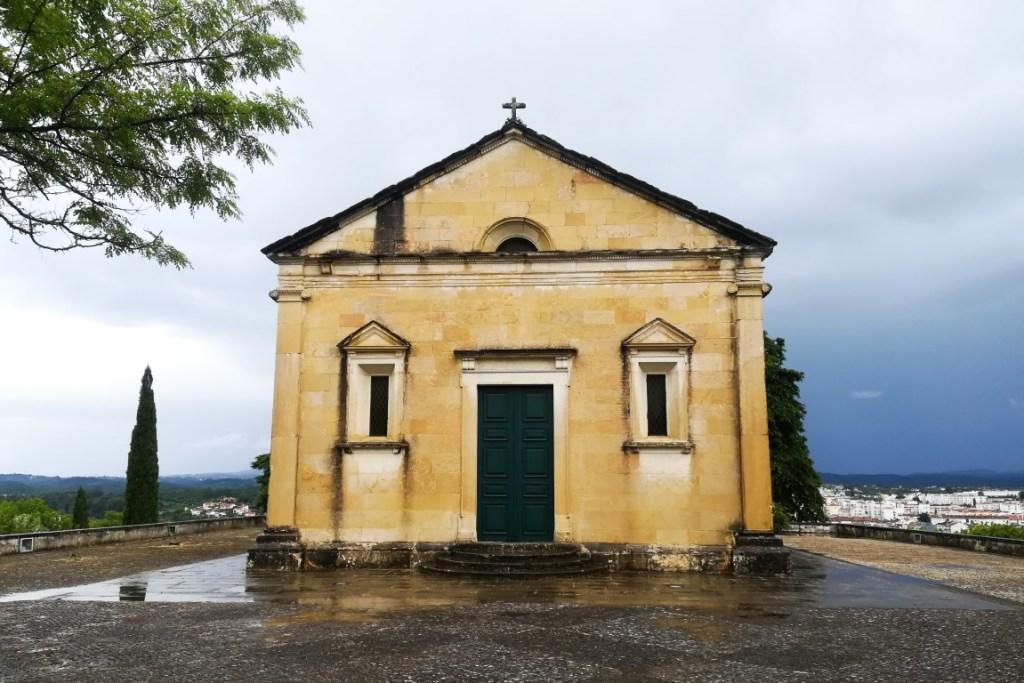 Capela de Nossa Senhora da Conceição, atrás da qual se tem uma vista fantástica para Tomar
