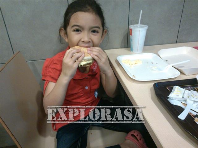 gambar budak makan burger