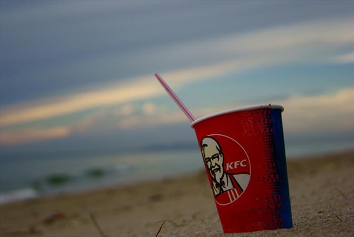 cawan plastik di pantai