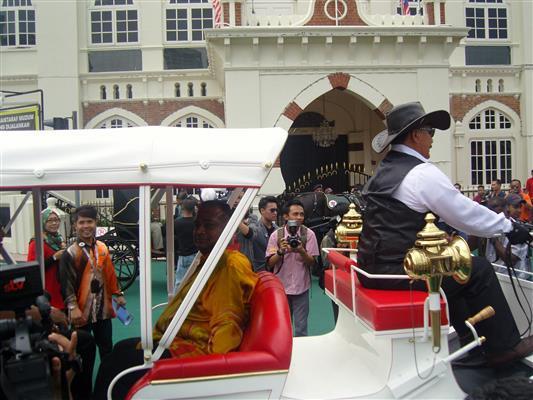 Menteri mencuba kereta kuda
