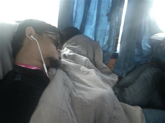 gambar orang tidur dalam bas