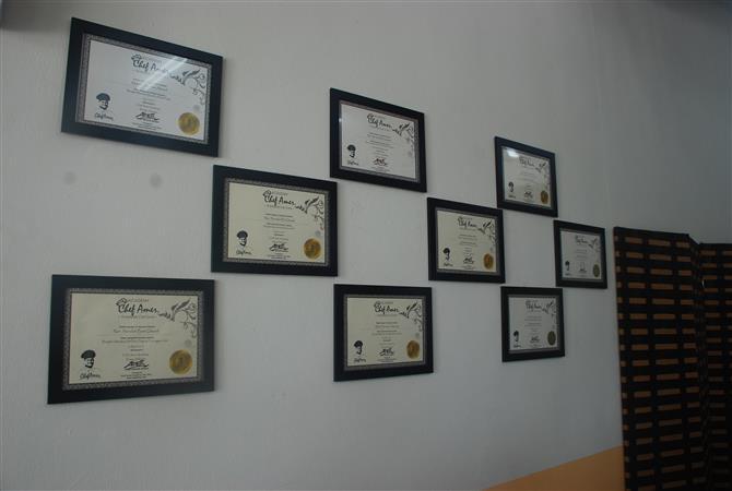 contoh hiasan dinding kedai