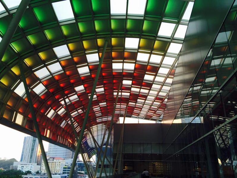 lampu LED yang boleh bertukar warna di malam hari yang terletak di ruang lepak luar restoran Divine